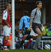 Fotball<br /> Premier League England 2004/2005<br /> Foto: BPI/Digitalsport<br /> NORWAY ONLY<br /> <br /> 30.10.2004<br /> <br /> Arsenal v Southampton<br /> <br /> Freddie Ljungberg and Jens Lehmann are left stunned as Rory Delap wheels away after making it 2-1