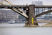Nederland, Nijmegen, 13-8-2018 Door de aanhoudende droogte staat het water in de rijn, ijssel en waal extreem laag . Schepen moeten minder lading innemen om niet te diep te komen . Hierdoor is het drukker in de smallere vaargeul. Door uitblijven van regenval in het stroomgebied van de rijn komt het record, laagsterecord in zicht .Foto: Flip Franssen