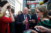 DEU, Deutschland, Germany, Leipzig, 22.08.2013:<br />SPD-Kanzlerkandidat Peer Steinbrück gibt Autogramme am Wahlkampfstand der SPD in der Leipziger Innenstadt.