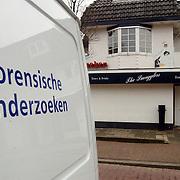 Inval politie woning Wilhelminaplantsoen Bussum, boven discotheek Smugglers, onderzoek Exel Air van Erik de Vlieger, busje van forensisch onderzoek.openbaar ministerie, personeel, technische recherche,