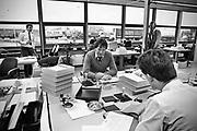 Nederland, Gennep, 10-12-1985Serie beelden gemaakt voor twaalf verhalen in het blad Intermediair eind 1985, begin 1986 over de staat van de nederlandse economie per provincie . Douanekantoor aan de grens bij de grensovergang snelweg A73 Gennep Goch.Grote vervoerders, transporteurs, hebben er hun eigen kantoor. De computer deed voorzichtig zijn intrede, er bestond geen mobiele telefoon, gsm, of internet . De analoge maatschappij . Transitie naar het computertijdperk en automatisering, robotisering .Foto: Flip Franssen