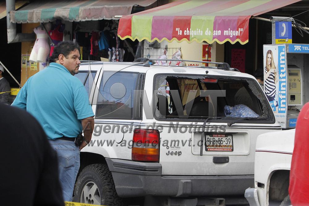 Toluca, Mex.- Un hombre de 31 años de edad fue ejecutado a bordo de una camioneta tipo Jeep color blanco con placas de Michoacán, sobre la avenida Laguna del Volcán en la colonia El Seminario, al lugar llegaron policías municipales de Toluca y elementos del Servicio Forense quienes trasladaron el cuerpo a las instalaciones de la PGJEM. Agencia MVT / Crisanta Espinosa. (DIGITAL)<br /> <br /> NO ARCHIVAR - NO ARCHIVE