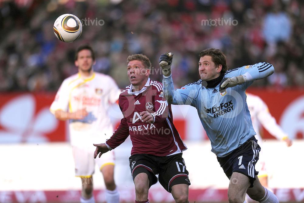 Fussball 1. Bundesliga:  Saison  2009/2010   25. Spieltag   1 FC Nuernberg - Bayer 04 Leverkusen  07.03.2010 Eric Maxim Choupo-Moting (li, 1 FC Nuernberg) gegen Torwart Rene Adler (re, Leverkusen)