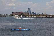 New York. Brooklyn. kayak in Red Hook .at Coffey pier  Brooklyn, the old docks are becoming a trendy area,  New York,  United states /  kayak dans le quartier de Red Hook . Brooklyn , les anciens docks au bord de la mer se transforment en quartier a la mode. , New York  Etats unis