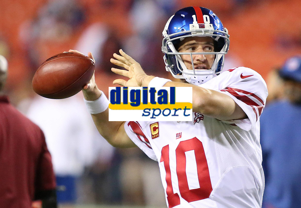 September 25, 2014: New York Giants quarterback Eli Manning (10) in action before a match between the Washington Redskins and the New York Giants at FedEx field in Landover, Maryland. NFL American Football Herren USA SEP 25 Giants at Redskins PUBLICATIONxINxGERxSUIxAUTxHUNxRUSxSWExNORxONLY Icon14092556<br /> <br /> September 25 2014 New York Giants Quarterback Eli Manning 10 in Action Before A Match between The Washington Redskins and The New York Giants AT FedEx Field in Landover Maryland NFL American Football men USA Sep 25 Giants AT Redskins PUBLICATIONxINxGERxSUIxAUTxHUNxRUSxSWExNORxONLY