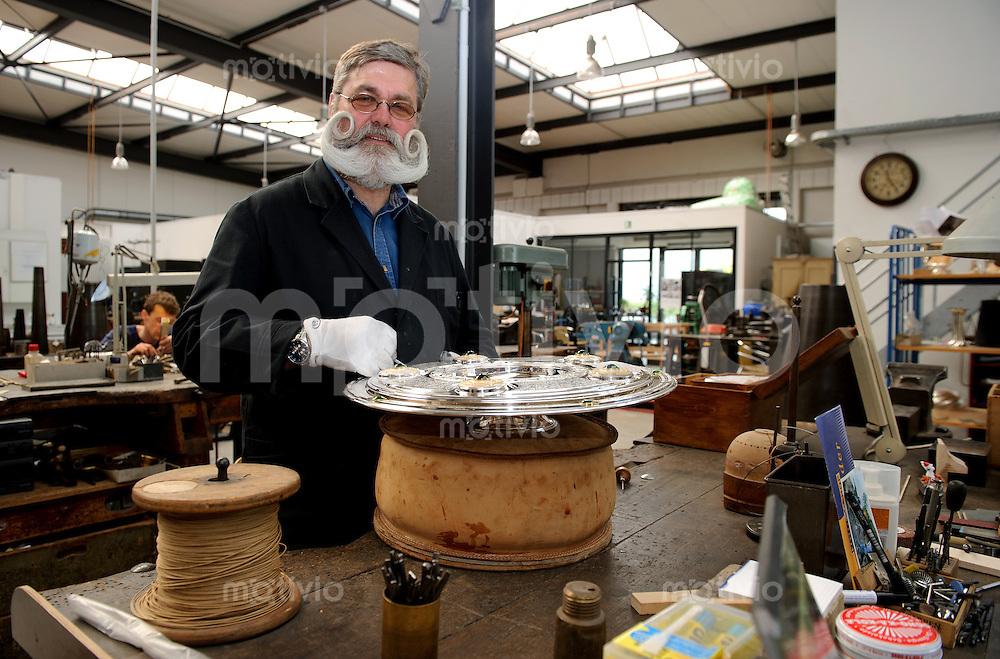 Karl-Heinz RISKE, Silberschmied bei der Silbermanufaktur Koch und Bergfeld Corpus in Bremen, arbeitet am 29.04.2011 an der Meisterschale in der Werkstatt von Koch und Bergfeld Corpus.
