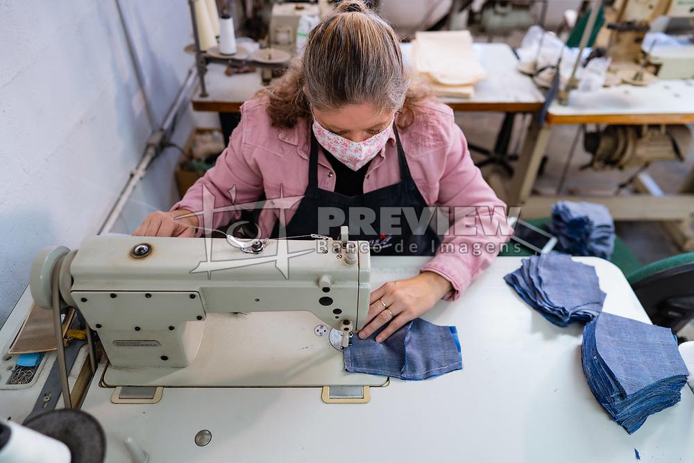 Fotos da produção das máscaras na cooperativa Justa Trama. FOTO: Cesar Lopes/ Agência Preview