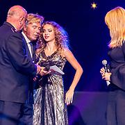 NLD/Amsterdam/20170916 - Uitreiking Majoor Boszhardprijs 2017, comissioner Hans van Vliet en prijswinnaar Linda de Mol