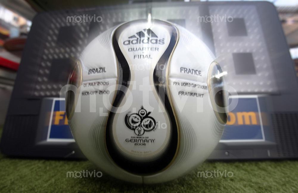 Fussball WM 2006  Viertelfinale   Brasilien - Frankreich ; Brasil - France  Der ADIDAS Teamgeist Spielball zur Viertelfinalbegegnung Brasilien gegen Frankreich liegt vor einer FIFA - Anzeigetafel