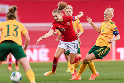 OSLO, NORWAY - Tuesday, September 22, 2020: Norway's Caroline Graham Hansen (L) and Wales' captain Sophie Ingle during the UEFA Women's Euro 2022 England Qualifying Round Group C match between Norway Women and Wales Women at the Ullevaal Stadion. Norway won 1-0. (Pic by Vegard Wivestad Grøtt/Propaganda)