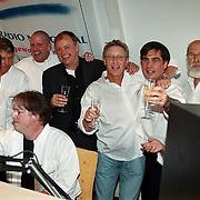 Start Radio Nationaal Hilversum, complete team, vlnr Jan Rietman, Ron Brandsteder,  Henk Bres, Riny Schreijenberg, onbekend, Carel van Cooten, Pierre Kartner
