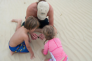 A father shares with his son and daughter the secrets of a starfish