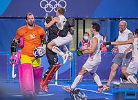 TOKIO - keeper Vincent Vanasch (Bel) kan zijn geluk niet op  , met Victor Wegnez (Bel) , Arthur van Doren (Bel) en Michel van den Heuvel (Bel).  Opnieuw vreugde na  de hockey finale mannen, Australie-Belgie (1-1), België wint shoot outs en is Olympisch Kampioen,  in het Oi HockeyStadion,   tijdens de Olympische Spelen van Tokio 2020.  links keeper Andrew Charter (Aus).  COPYRIGHT KOEN SUYK