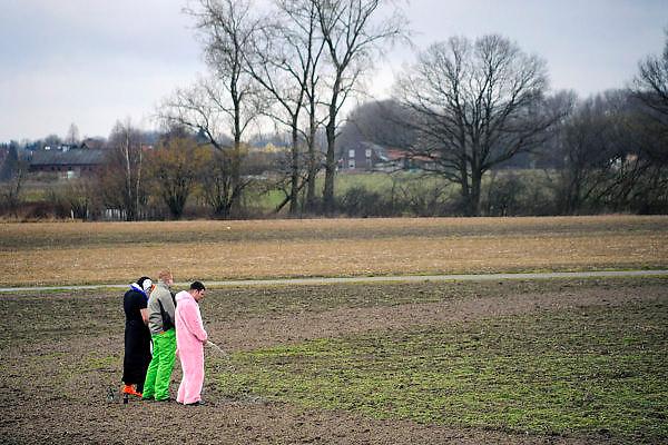 Nederland, Boxmeer, 23-2-2009Mannen staan tijdens de metworstrace op carnavalsmaandag te plassen in een akker met flesje bier achter zich. Foto: Flip Franssen/Hollandse Hoogte