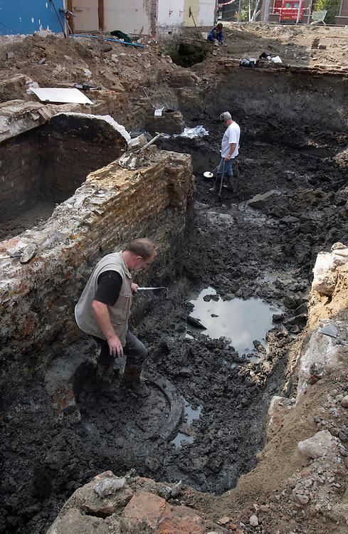 Nederland, Gorinchem, 4 sept 2002..Archeologische opgravingen in het centrum van de stad waar een parkeergarage moet komen op de plaats waar al eeuwen huizen hebben gestaan, zo blijkt uit de opgravingen die archeologen doen. ..Foto (c) Michiel Wijnbergh/Hollandse Hoogte