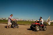 2015/03/06 – Km 215 between Rosário and Buenos Aires, Argentina: Visitors to the Expo Agro fair walk around the fair area. (Eduardo Leal)