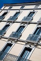 FRANKRIJK - Oulioules - Luiken voor de ramen, balkonnetjes, typisch Frans.  ANP COPYRIGHT KOEN SUYK