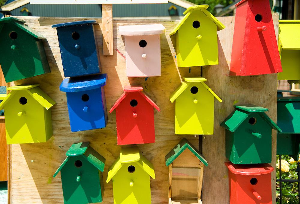 Nederland, Driebergen, 19 juni  2009.Vogelhuisjes te koop. Hobbyist biedt zelfgemaakte vogelhuisjes aan voor E 5,-- tot E 7,--..Foto (c) Michiel Wijnbergh
