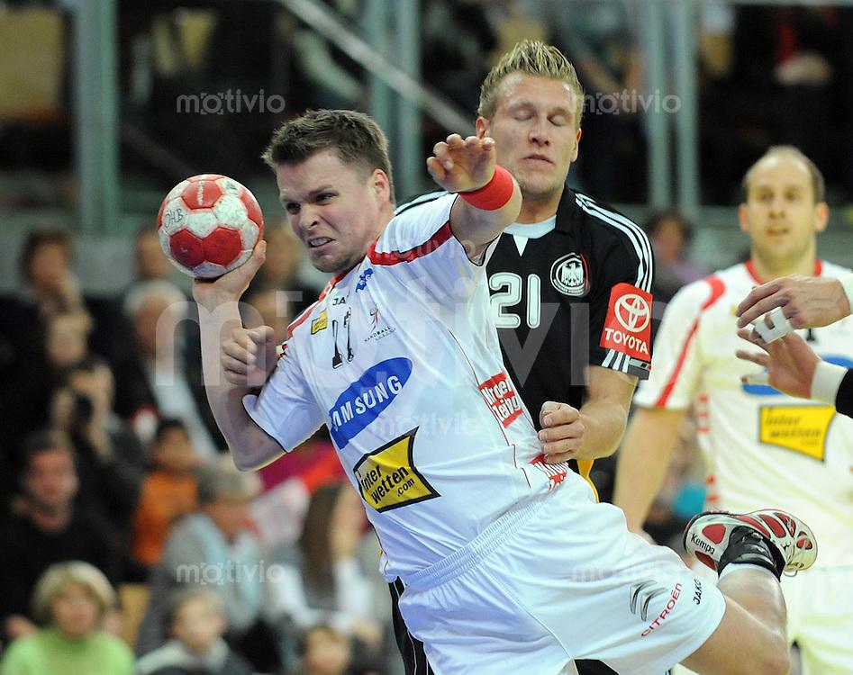 Handball Vorbereitungsspiel EURO 2010 Oesterreich - Deutschland 05.01.2010 Roland Schlinger (AUT vorne) gegen Lars Kaufmann (GER)