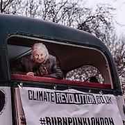 La manifestazione Burn Punk London organizzata da Joe Corre, filgio di Vievienne Westwood e il manager dei Sex Pistols Malcolm McLaren, ha dato alle fiamme memorabilia del periodo punk dal valore di alcuni milioni di sterline.<br /> <br /> Burn Punk London: the manifestation organised from Joe Corré, son of Sex Pistols manager Malcolm McLaren and fashion designer Vivienne Westwood, where he burns million pounds of punk memorabilia.