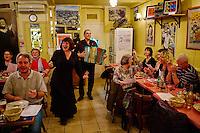 France, Paris (75), Restaurant Le Vieux Belleville, 12 rue Envierges, 75020 Paris, soirée Piaf avec Michel Reffutin (accordeon) et la chanteuse Malène