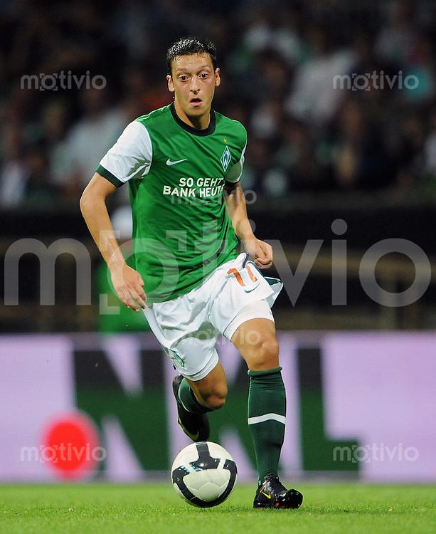 FUSSBALL  EUROPA LEAGUE  PLAY-OFF  SAISON 2009/2010    SV Werder Bremen - FK Aktobe              20.08.2009 Mesut OEZIL (SV Werder Bremen) Einzelaktion am Ball