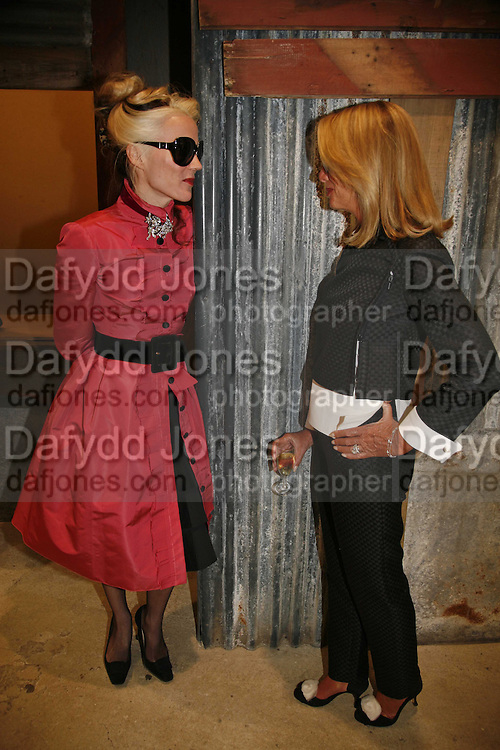 DAPHNE GUINNESS AND LADY BAMFORD, Party for House of Waris jewelry collection hosted by Daphne Guinness, Alice Bamford and Wes Anderson. Dover St. market. London. 8 June 2006. ONE TIME USE ONLY - DO NOT ARCHIVE  © Copyright Photograph by Dafydd Jones 66 Stockwell Park Rd. London SW9 0DA Tel 020 7733 0108 www.dafjones.com