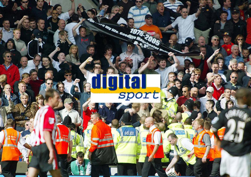 Photo. Chris Ratcliffe, Digitalsport<br /> Southampton v Manchester United. Barclays Premiership. 15/05/2005<br /> Trouble as Man U fans protest against Glazer
