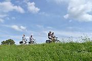 Nederland, Kekerdom, 13-8-2014Een groep ouderen maakt een fietstochtje over de dijk langs de Waal. Het is een mooie zomerse dag met zon en een blauwe lucht.FOTO: FLIP FRANSSEN/ HOLLANDSE HOOGTE
