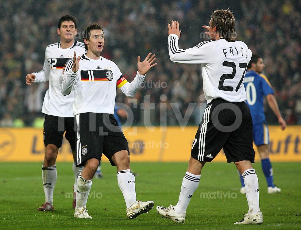 Fussball   International   EM Qualifikation   Deutschland - Zypern Mario GOMEZ, Miroslav KLOSE und Clemens FRITZ (v.l., alle Deutschland) jubeln nach dem 2:0