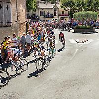 Frankrijk, Bédoin, 14-07-2016<br /> Wielrennen, Tour de France, 12e etappe.<br /> Van Montpellier naar Mont Ventoux.<br /> De Kopgroep met geheel rechts de latere winnaar Thomas de Gendt ( rood shirt Lotto-Soudal ) aan de voet van de klim richting de top van de Mont Ventoux bij het verlaten van Bédoin. <br /> Foto: Klaas Jan van der Weij