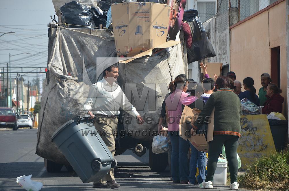 TOLUCA, Mexico.- Personal de limpia de Toluca, recolectan la basura en la colonia Sor Juana Inés de la Cruz, donde señalan que los fines de semana es cuando más basura se recoge, ya que es cuando están las personas en casa. Agencia MVT. José Hernández.  (DIGITAL)