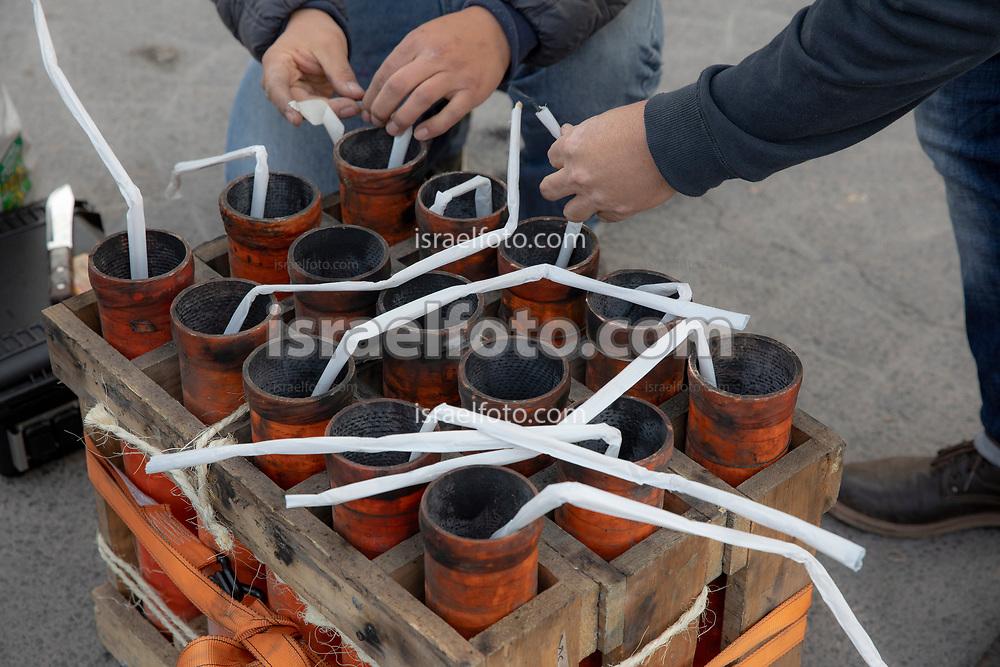 08 marzo 2021, Tultepec, México. Pirotécnicos preparan mechas de fuegos artificiales que se quemarán en la celebración anual en honor a San Juan de Dios.
