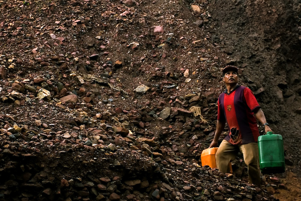 """Serra Pelada, November, 17 _ 2006..Antonio is one of the diggers who still works seeking gold in the """"montoeira"""", the residual ore of the old mine...Picture: Bruno Magalhaes / Agencia Nitro"""
