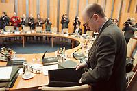 17 JAN 2001, BERLIN/GERMANY:<br /> Walter Riester, SPD, Bundesarbeitsminister, nimmt Akten aus seiner Tasche, Kabinettsitzung, Bundeskanzleramt<br /> IMAGE: 20010117-01/01-34<br /> KEYWORDS: Kabinett, Aktentasche, Akte