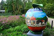Appeltjes van Soestdijk<br /> <br /> Deze zomer staan de paleistuinen van Paleis Soestdijk volledig in het teken van de Appeltjes van Soestdijk. De kleurrijke collectie van maar liefst 50 beschilderde appels is vanaf 30 april te zien en voert u door de prachtige tuinen. De appels hebben een doorsnee van maar liefst een meter. De kunstenaars hebben zich laten inspireren door o.a. Koninklijke familieportretten, paleizen, landschappen, geschiedenis en toekomst van ons vorstenhuis. <br /> <br /> Apples of Soestdijk<br /> <br /> This summer, the palace gardens of Soestdijk are completely dominated by the Apples of Soestdijk. The colorful collection of no less than 50 painted apples can be seen from April 30 and run through the beautiful gardens. The apples have a diameter of no less than one meter. The artists were inspired by ao royal family portraits, palaces, landscapes, history and future of our dynasty.<br /> <br /> Op de foto / On the photo: Gouden Koets