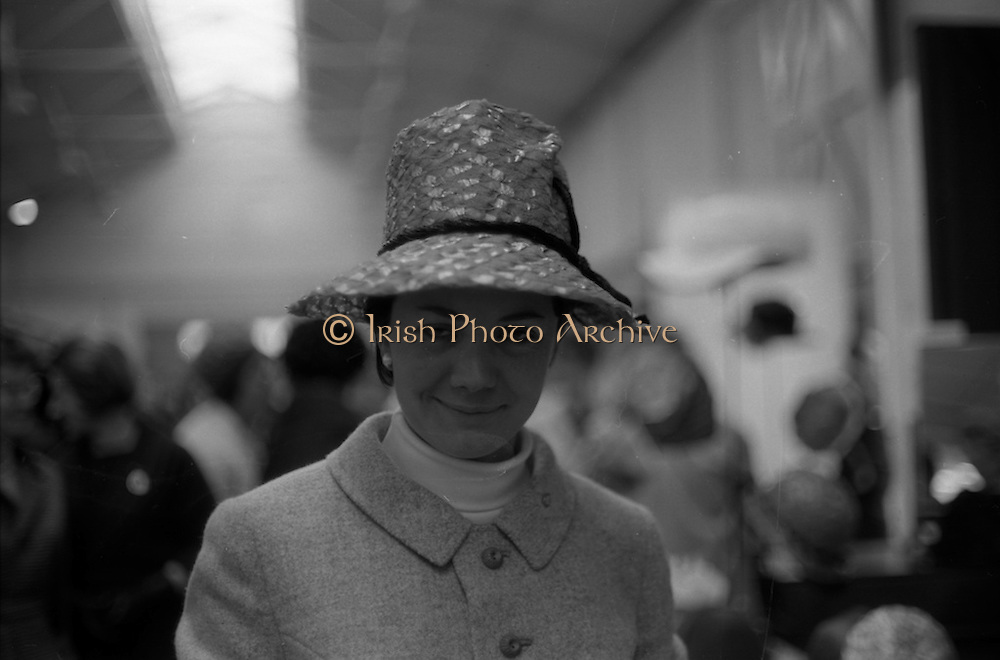 04/05/1965<br /> 05/04/1965<br /> 04 May 1965<br /> Pictures from the RDS Spring show for the Belfast Telegraph. A fashionable lady at the show.