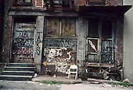 New York. Brooklyn. Dumbo district. Dumbo area, artist leaving under the Brooklyn and Manhattan bridges  Brooklyn New York - United states /   Dumbo, quartier des docks occupes par les artistes sous les ponts de Manhattan et de Brooklyn  Brooklyn New York - Etats-unis