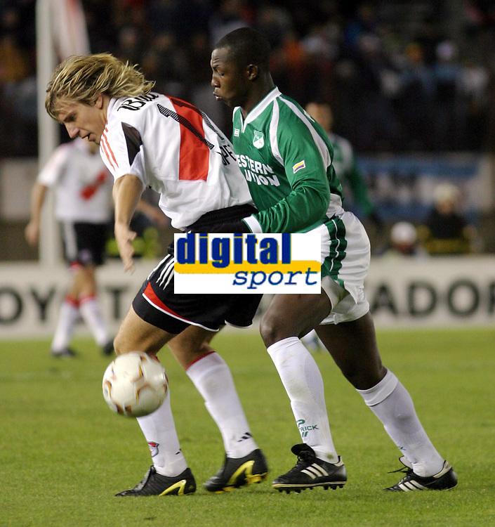 Fotball<br /> Libertadores Cup 2004<br /> Kvartfinale<br /> River Plate v Deportivo Cali<br /> 20. mai 2004<br /> Bueos Aires - Argentina<br /> Foto: Digitalsport<br /> NORWAY ONLY<br /> <br /> MAXIMILIANO LOPEZ (RIVER), NELSON RIVAS (DEP. CALI)