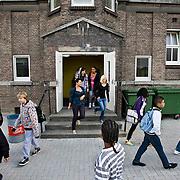 Nederland Rotterdam 23-09-2009 20090923 Serie over onderwijs,  openbare scholengemeenschap voor mavo, havo en vwo. Leerlingen lopen het schoolplein op, pauze.                                .Foto: David Rozing