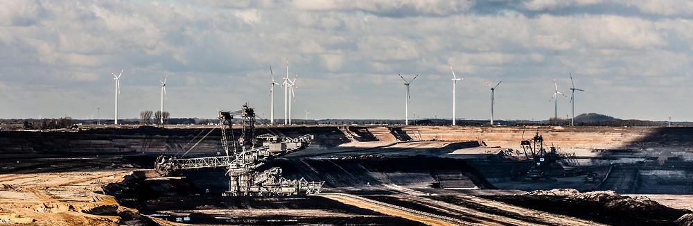 Juechen, DEU, 05.01.2017<br /> <br /> Bucket-wheel excavator in the Garzweiler open-cast lignite mine.<br /> <br /> Schaufelradbagger im Braunkohletagebau Garzweiler.<br /> <br /> © Bernd Lauter/berndlauter.com<br /> <br /> The Garzweiler lignite opencast mine operated by RWE Power AG extends in the Rhenish lignite mining area between the cities of Bedburg, Grevenbroich, Juechen, Erkelenz and Moenchengladbach.<br /> <br /> Der von der RWE Power AG betriebene Braunkohletagebau Garzweiler erstreckt sich im Rheinischen Braunkohlerevier zwischen den Staedten Bedburg, Grevenbroich, Juechen, Erkelenz und Moenchengladbach.