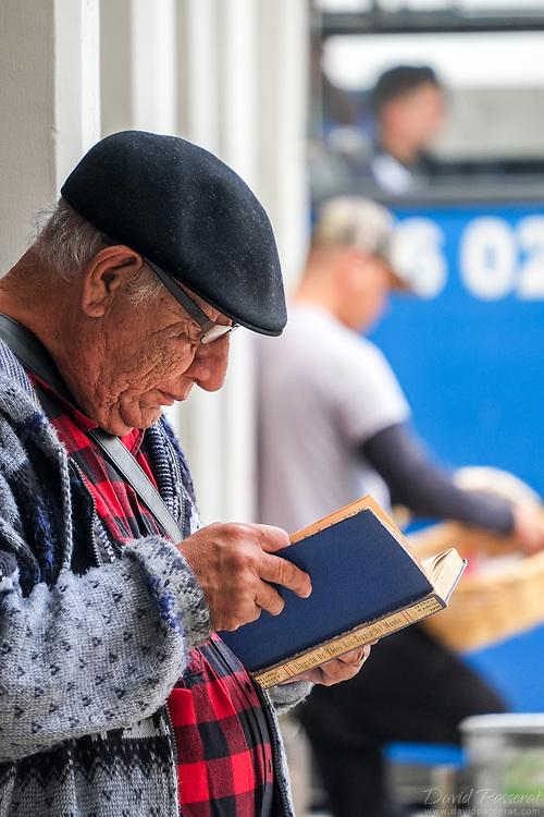 Street book reader