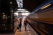 Het station van Amsterdam in avondlicht.<br /> <br /> Amsterdam Central Station at dusk.