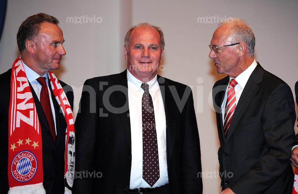 Fussball 1. Bundesliga :  Saison   2009/2010   27.11.2009 JHV , Jahreshauptversammlung beim FC Bayern Muenchen  Karl Heinz Rummenigge , Uli Hoeness mit Franz Beckenbauer (v. li., FCB)