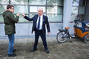 Een beveiliger is in discussie met een voorstander van Zwarte Piet die allerlei toewensingen roept naar de tegenstanders van Zwarte Piet bij het College van de Rechten van de Mens. In Utrecht wordt bij het College voor Rechten van de Mens een zitting gehouden over Zwarte Piet. Een Utrechtse moeder vindt Zwarte Piet discriminerend en wil dat een basisschool in Utrecht de hulp van Sinterklaas volledig uit het onderwijsaanbod haalt.<br /> <br /> In Utrecht at the College of Human Rights a hearing is held about Zwarte Piet (Black Pete). A Utrecht mother takes Zwarte Piet discriminatory and wants a primary school in Utrecht to remove the help of Sinterklaas completely from the curriculum.
