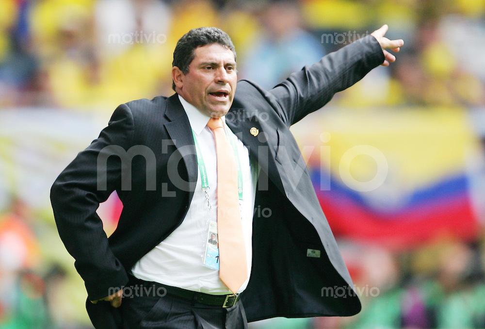 Fussball WM 2006        Ekuador - Costa Rica Luis SUAREZ (ECU) gibt seinem Team Anweisungen.