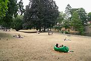 Nederland, Nijmegen, 28-7-2018Door de aanhoudende droogte hebben mens en natuur het moeilijk . Doordat regenval uitblijft worden de waterbuffers kleiner en moet het waterpeil van o.a. het IJsselmeer verhoogd worden om aan de vraag, behoefte te voldoen . Kronenburgerpark in het centrum van de stad, met vergeelde grasmat, gras . Mensen relaxen .Foto: Flip Franssen