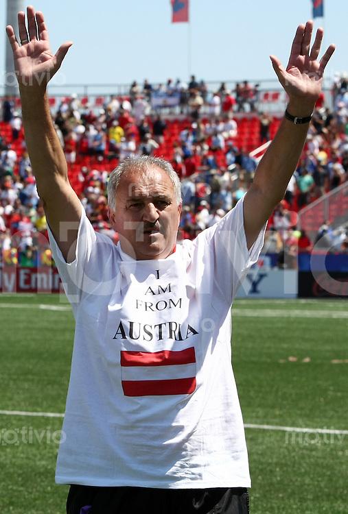 Fussball International U 20 WM  Oesterreich vs Chile Trainer Paul GLUDOVATZ verabschiedet sich geruehrt nach Spielende mit einem T-Shirt mit der Aufschrift -I'm from Austria-.