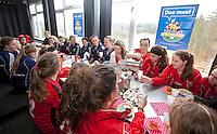 ZEIST - Op hockeyclub Schaerweijde is zaterdag de campagne van Sportiviteit en Respect van de KNHB Hockeybond van start gegaan. Samen met de tefgenstanders nog wat eten en drinken. FOTO KOEN SUYK