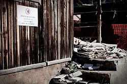 Potenza (PZ), 23-11-2010 ITALY - Il quartiere Bucaletto. Bucaletto è un quartiere popolare della periferia est di Potenza. Fu progettato all'indomani del terremoto dell'Irpinia del 23 novembre 1980, per risolvere i problemi delle famiglie sfollate a causa dei crolli di alcune abitazioni della città, difatti è caratterizzato dalla presenza di abitazioni singole, in prefabbricati..Nella Foto: Alcuni moduli abitativi in legno in corso di demolizione con rifiuti pericolosi.
